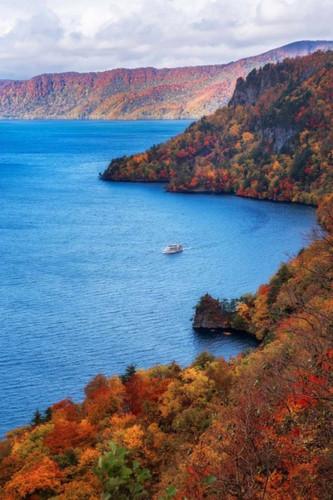 5. Hồ Towada và suối Oirase, Tohoku. Đi lên phía bắc một chút là khu vực Lake Towada xinh đẹp của Tohoku, không xa dãy núi Hachimantai đã đề cập ở trên. Cùng với suối Oirase gần đó, đây là một trong những điểm đến mùa thu nổi tiếng nhất của Nhật Bản, thể hiện màu sắc tuyệt đẹp từ cuối tháng 10 đến đầu tháng 11.