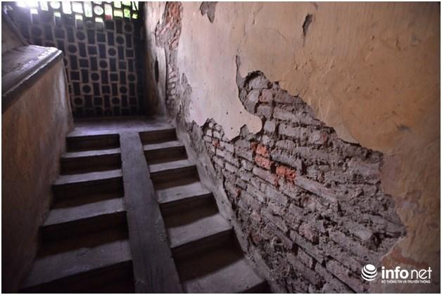 Các mảng tường bị bong tróc nham nhở, trơ cả gạch.