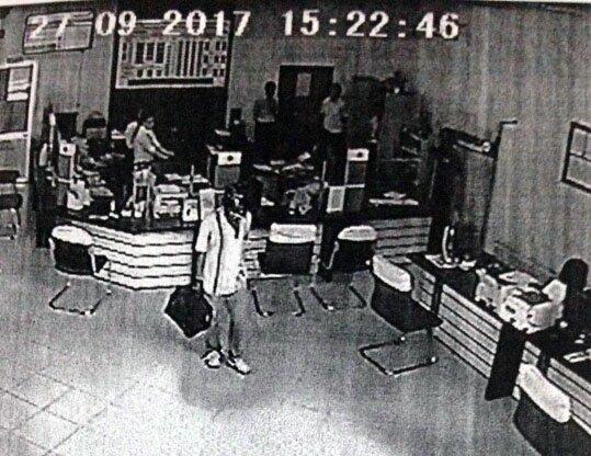 Tên cướp dùng súng đe doa nhận viên ngân hàng để cướp tiền