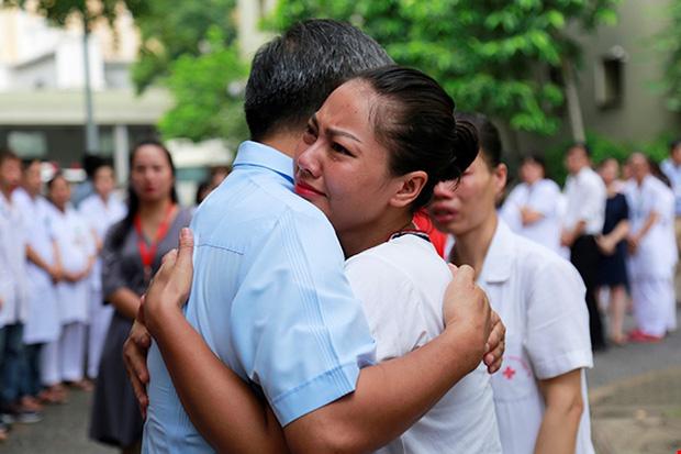 Những cái ôm thật chặt và giọt nước mắt tiếc nuối dành cho vị Viện trưởng đáng kính. Ảnh: Viện Huyết học - Truyền máu Trung ương