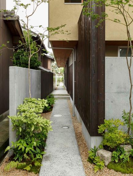 Một con đường nhỏ được đổ bê tông ngay bên hông nhà chạy dài từ Đông sang tây giúp chủ nhà có thể dễ dàng đi dạo, ngắm cảnh và chăm sóc cây xanh.