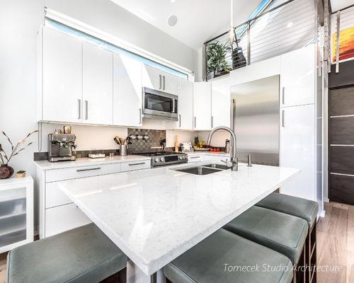 Khu bếp nhỏ được thiết kế ngay ngắn, gọn gàng ở một góc tường nhà. Nội thất mang tông màu trắng tạo cảm giác thoáng sáng cho không gian.