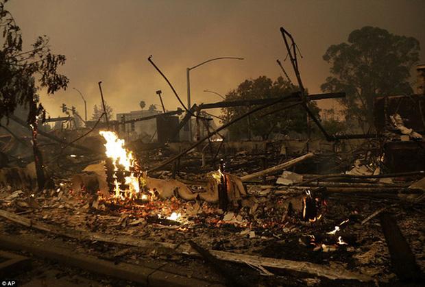 Một tòa nhà thương mại bị thiêu hủy hoàn toàn trong vụ cháy ở TP Santa Rosa. Ảnh: AP