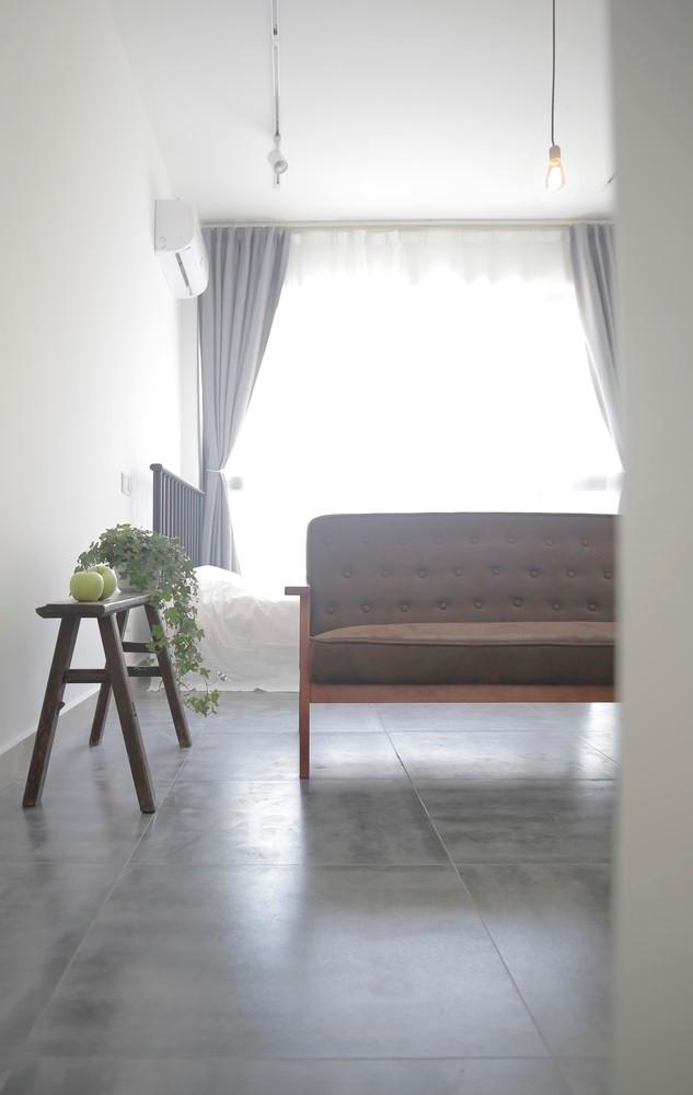 Ngay bên cạnh là góc nghỉ ngơi tuyệt đẹp của chủ nhà cạnh cửa sổ. Không giống phần lớn những căn hộ thông thường, chủ ngôi nhà này lại chọn bố trí khu vực nghỉ ngơi ở vị trí thoáng sáng nhất, đẹp nhất của căn hộ.