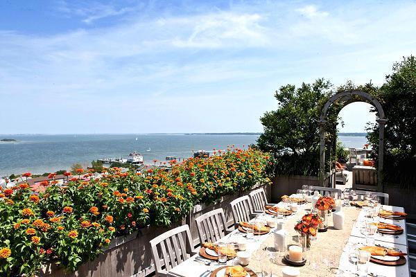 Khu vườn trên tầng mái bao quanh phòng ăn ngoài trời với khung cảnh rộng rãi của khu buôn bán nổi tiếng của Charleston.