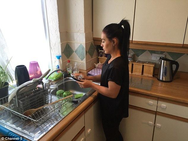 Chị Moniqe làm việc nhà.