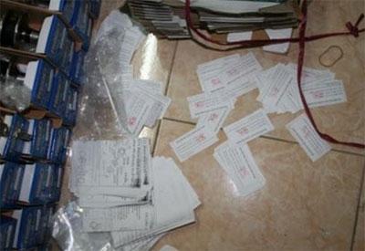 Các mẩu giấy này là phiếu kiểm tra chất lượng mà khóa Minh Khai cho vào hộp khóa sau khi đã tráo vỏ