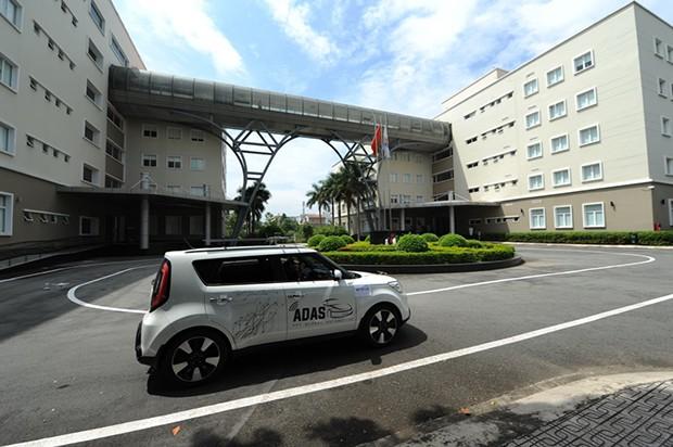 Xe tự lái của FPT Software chạy trước sảnh tòa nhà F-Town, quận 9.