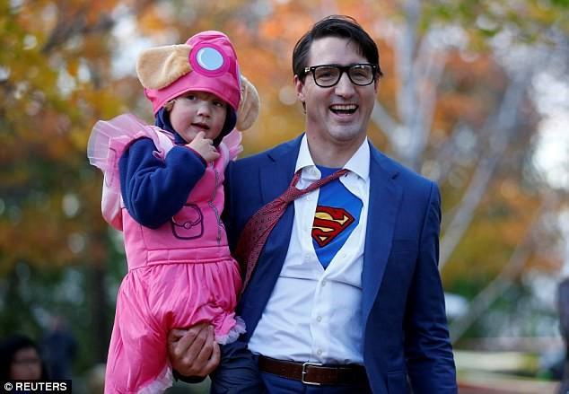 Thủ tưởng Canada hóa trang thành Super Man trong dịp Halloween vừa qua.