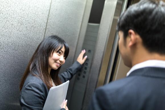 Đừng bao giờ vào thang máy trống người khi đang vội bạn nhé.