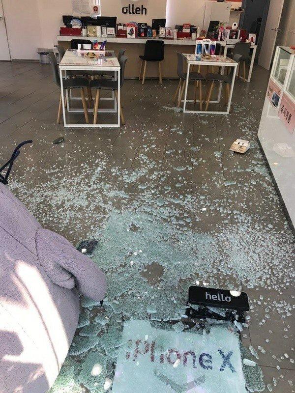 Cửa kính vỡ tan trong một cửa hàng bán điện thoại di động
