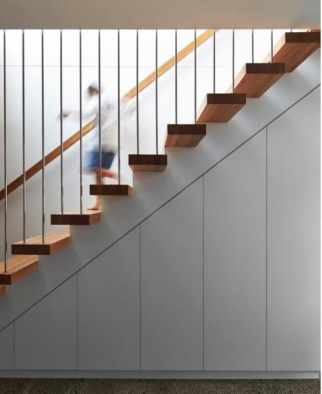 Chiếc cầu thang gỗ xinh xắn được thiết kế với cáp treo tạo cảm giác thanh mảnh, thoáng sáng cho ngôi nhà.