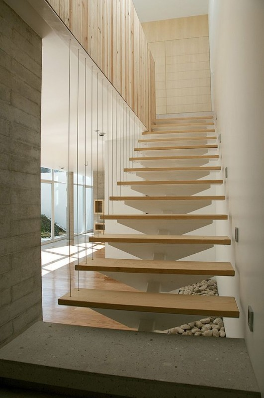Việc sử dụng cầu thang dây cáp sẽ tạo độ thông thoáng cho căn nhà của bạn, ánh sáng và gió có thể lùa vào nhà tạo được không gian thoáng đãng và dễ chịu.
