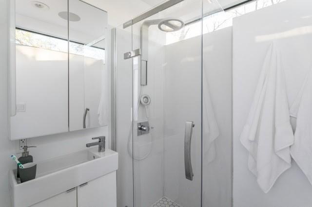 Ngôi nhà được thiết kế mang tông màu trắng chủ đạo khiến không gian nhỏ trở nên rộng thoáng hơn rất nhiều so với diện tích thực. Trên hình là góc nhà tắm được trang bị hiện đại và tiện nghi.