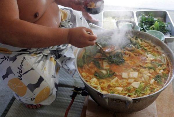Các võ sĩ sumo thường ăn lẩu với nhiều thịt và rau xanh.