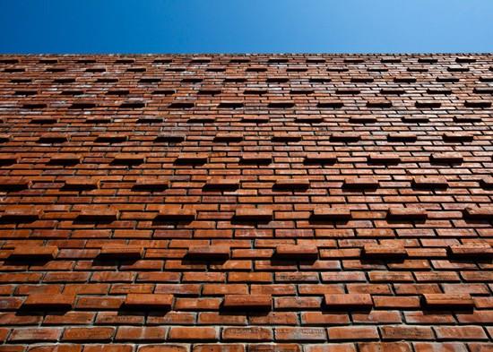 Vật liệu chính trong công trình này là gạch nung - loại vật liệu truyền thống được sử dụng phổ biến trong các công trình nhà ở tại địa phương.