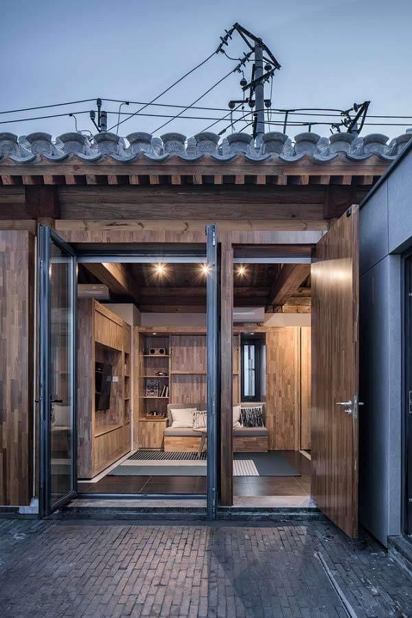 Phần mái và sân nhà mang nét cổ kính truyền thống, tuy nhiên bên trong là cả một không gian rộng thoáng, hiện đại và tiện nghi.