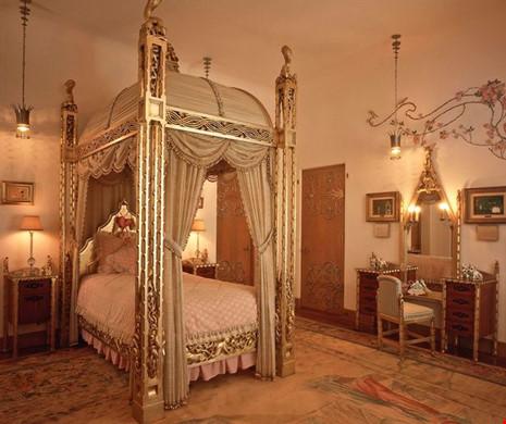 Chiếc giường cỡ lớn, với bốn chân giường bằng vàng.