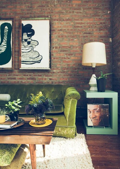 Trong phòng khách, mảng tường gạch này chính là vị trí lý tưởng để trưng bày những bức tranh bạn ưng ý. Mặc dù có nét cũ kỹ và hoài cổ, nhưng nhờ sự kết hợp cùng nội thất nó lại tạo nên một không gian rất cá tính và thú vị cho ngôi nhà.