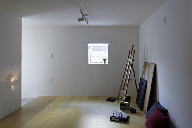 Một trong 2 phòng ngủ được thiết kế đơn giản, thoáng sáng với sàn nhà được lát gỗ.