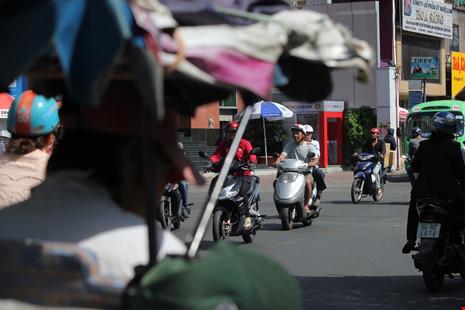 Trước tòa nhà 208 Nguyễn Trãi không còn tình trạng xe ô tô đậu hết phần vỉa hè của người đi bộ.