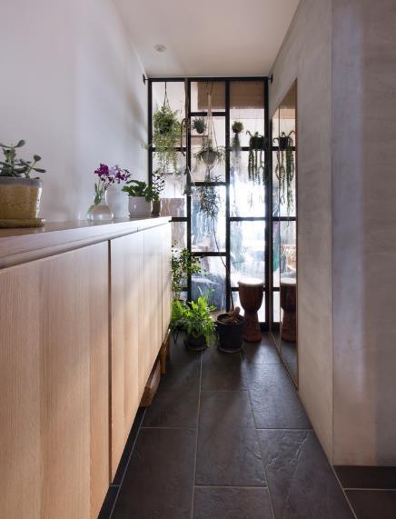 Cây xanh có mặt ở khắp mọi nơi trong nhà từ phòng khách, phòng ăn, phòng ngủ đến các ban công.