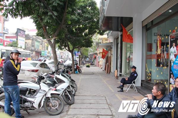 Một số chi nhánh ngân hàng trên đường Tô Hiệu (quận Lê Chân, Hải Phòng) cũng đã tháo dỡ các biển quảng cáo, các phương tiện được sắp xếp đúng nơi quy định, vỉa hè trở nên thông thoáng hơn. (Ảnh: Minh Khang)