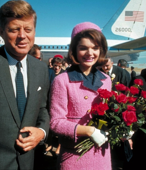 Vợ chồng Tổng thống Kennedy tại Love Field- Texas ngày 22/11/1963. Sau đó ít giờ, cố Tổng thống John F. Kennedy đã bị ám sát.
