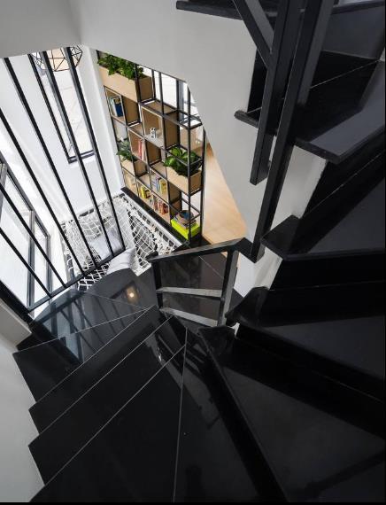 Sâu bên trong là cầu thang ngắn dốc dẫn lên các tầng trên.