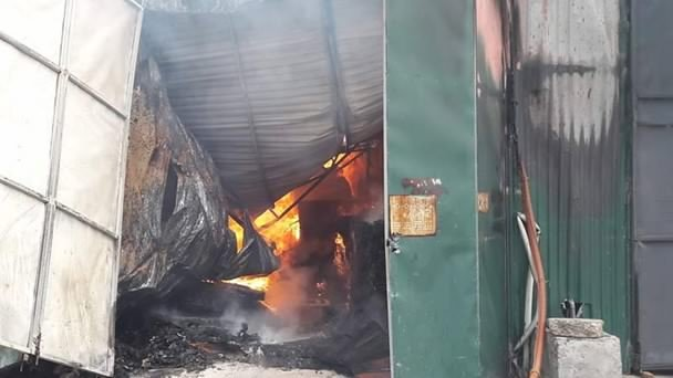 Lửa rừng rực cháy bên trong khu nhà tôn.