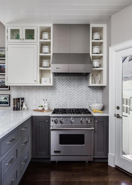 Khu bếp ăn rộng thoáng và được bố trí vô cùng ngăn nắp, rộng rãi. Tuy sử dụng màu trắng là gam màu trang trí chủ đạo nhưng ngôi nhà này lại không hề đơn điệu và lạnh do chủ nhà đã khéo léo điểm xuyết những món đồ trang trí trong tổng thể không gian.