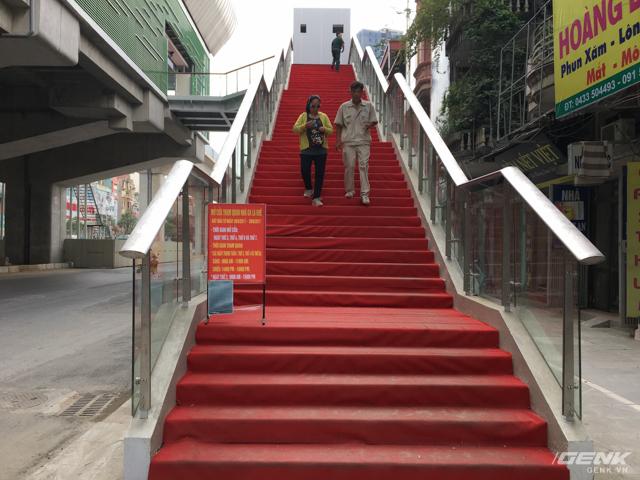 Với người trẻ khỏe thì không vấn đề gì, tuy nhiên với người cao tuổi thì cầu thang này là cả một thử thách.