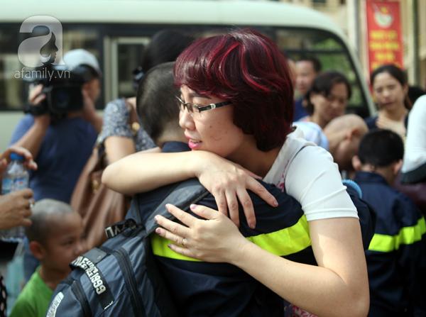 Vòng tay mẹ con ôm thật chặt trong khoảnh khắc tiễn con lên đường.