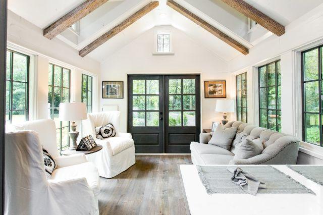 Ngay cửa ra vào là một phòng khách lớn. Những chiếc ghế sofa đẹp, êm ái được bố trí hai bên lối vào nhà.