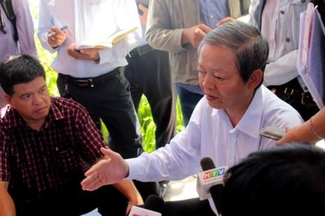 Ông Lê Văn Khoa - Phó Chủ tịch UBND Thành phố đã trực tiếp xuống hiện trường thăm hỏi các hộ dân trong khu vực bị ảnh hưởng, động viên và lắng nghe nguyện vọng của mọi người.