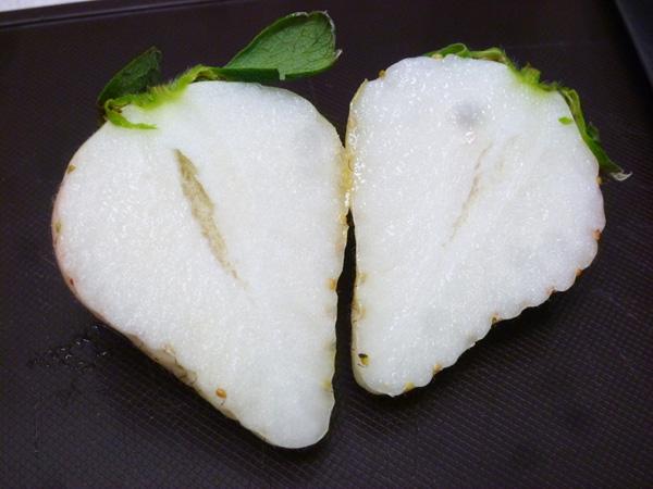 Dâu bạch ngọc - trắng tinh khôi từ trong ra ngoài.