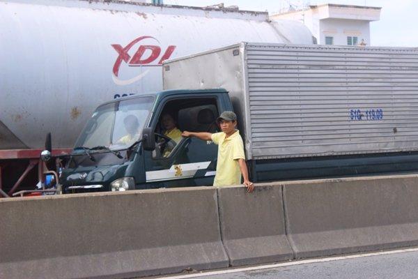 Tài xế xe tải này mất gần 10 tiếng nhưng chưa qua được đoạn đường 5km