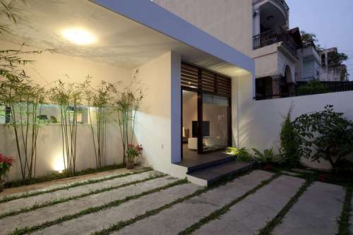 Tầng 1 có diện tích 176m2 trong khi đó tầng 2 chỉ rộng 75m2 nhưng điều đặc biệt là khu nhà được thiết kế đặc biệt với rất nhiều mảnh xanh bên trong mang đến không gian thư giãn và bầu không khí trong lành cho chủ nhà.
