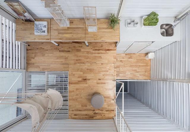 Điều đặc biệt của ngôi nhà này đó là nhờ sử dụng hệ thống thông tầng linh hoạt từ mái nhà nên tất cả các không gian các tầng luôn tràn ngập ánh sáng và gió trời.