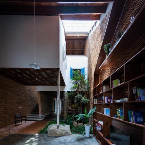Không gian nơi đây được thiết kế đặc biệt với giếng trời và những mảnh xanh mang đến bầu không khí thoáng mát cho ngôi nhà.