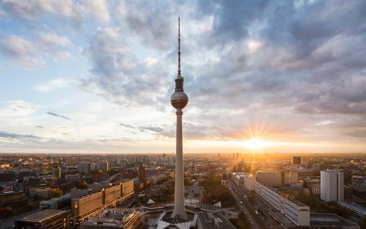 Berlin: Nếu bạn muốn có một mùa hè tuyệt vời ở Châu Âu cùng những người bạn thì Berlin thực sự là thành phố không thể bỏ qua. Đến đây vào tháng 8 ngoài tiết kiệm chi phí, các bạn còn có cơ hội trải nghiệm Lễ hội bia quốc tế hào hứng và đầy thú vị.