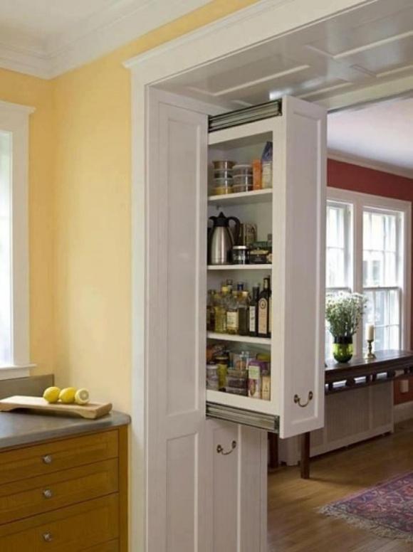 Bức tường ngăn nhỏ giữa bếp và phòng khách cũng có thể được tận dụng tạo kệ lưu trữ ẩn nhờ ray kéo. Đây quả là cách làm sáng tạo mà lại lưu trữ được rất nhiều đồ dùng.