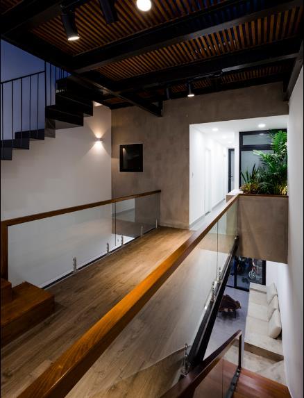 Sàn tầng 2 được thiết kế đặc biệt với những khoảng thông tầng giúp thông gió và ánh sáng xuống tầng 1.