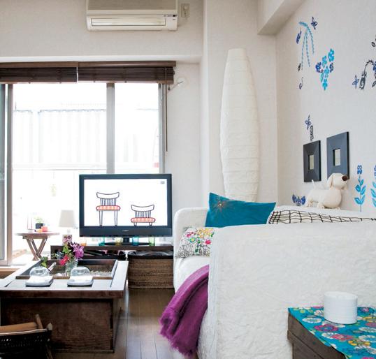 Góc bên trái sofa dùng để đặt tivi, còn bên phải là nơi dành cho bàn trang điểm.