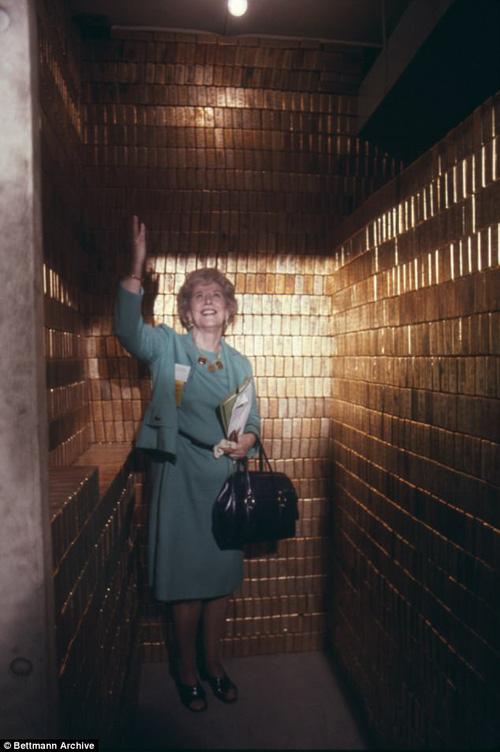 Ảnh chụp công dân cuối cộng ra vào kho vàng từ năm 1974 - bà Mary Brooks, giám đốc tập đoàn Mint.