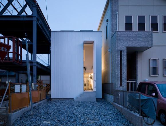 Ngôi nhà thứ hai này với vẻ bề ngoài trông giống như một containner chở hàng, nhưng lại làm người xem hoàn toàn bất ngờ với nội thất bên trong.