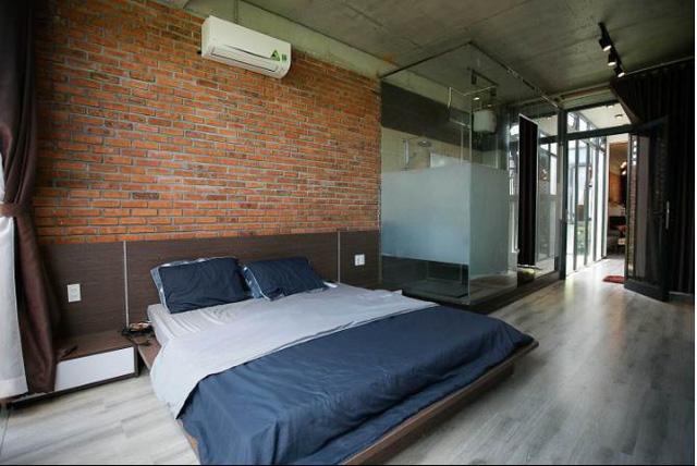 Nhờ thiết kế với những khoảng thông tầng mà ngôi nhà lúc nào cũng thoáng sáng, tiết kiệm tối đa lượng điện năng tiêu thụ.