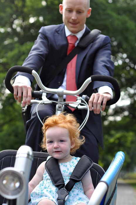 Cha mẹ Hà Lan thường đưa trẻ đến trường bằng bakfietsen.