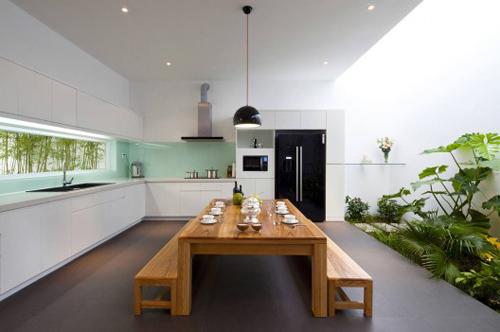 Khu bếp ăn rộng thoáng và vô cùng sạch sẽ với những đồ nội thất hiện đại.
