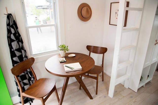 Bộ bàn ăn nhỏ dùng cho hai người được dành riêng một vị trí thoáng sáng cạnh cửa sổ.